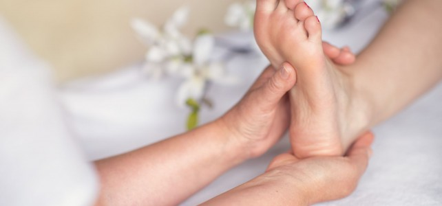 Massage der Reflexzonen am Fuß